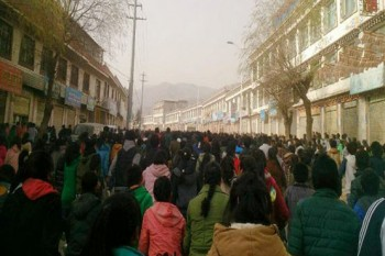 Schoolchildren during the peaceful protest on a street outside Rongwo monastery in Rebgong in Amdo Province (China's Qinghai Province) on 9 November 2012/Photo/TCHRD