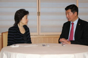 Dr Lobsang Sangay having interactive conversation with Ms Yoshiko Sakurai, a veteran journalist and head of think tank, Japan Institute of National Fundamentals. Photo: Office of Tibet in Tokyo
