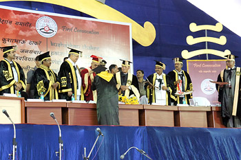 His Holiness the Dalai Lama presenting a gold medal to one of the toppers during the 1st Convocation Ceremony of Kushabhau Thackeray University of Journalism and Mass Communication on Thursday. in Raipur, Chattisgarh, India, on March 7, 2013. Photo/Tenzin Taklha/OHHDL